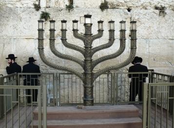 Świecznik pod tzw. ścianą płaczu czyli murem Świątyni Jerozolimskiej.